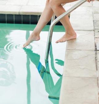 toe in pool